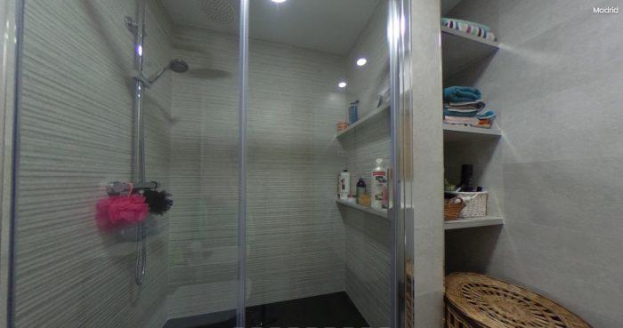 Azulejos, plato de ducha, mampara de ducha, mueble de baño, grifería